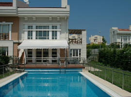 Villa in Istanbul with swimming pool and close to beach